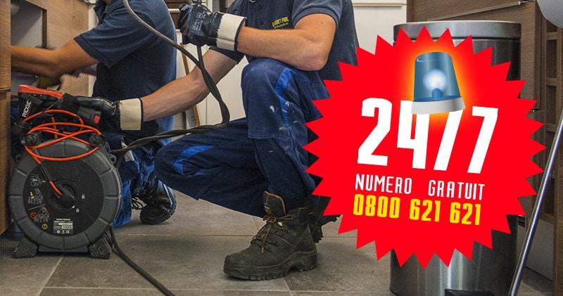 Hommes en équipement de travail