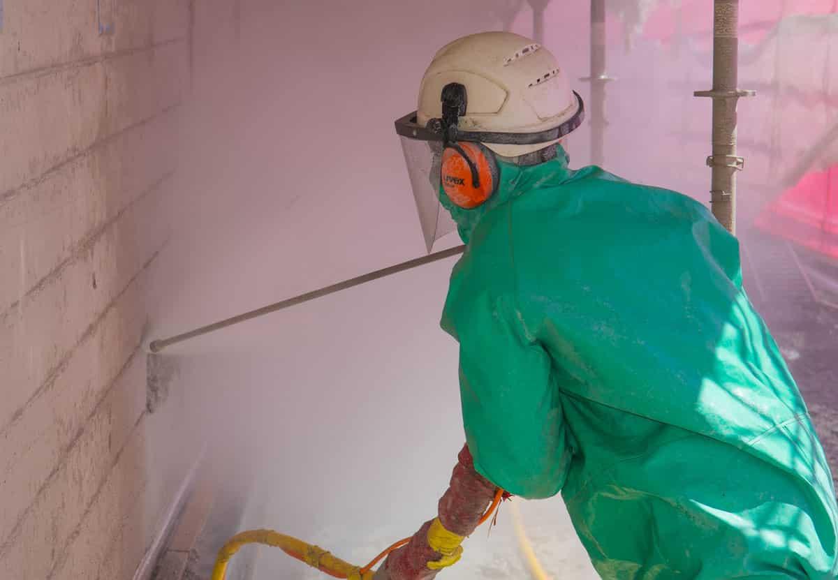 Ouvrier effectue une hydrodémolition