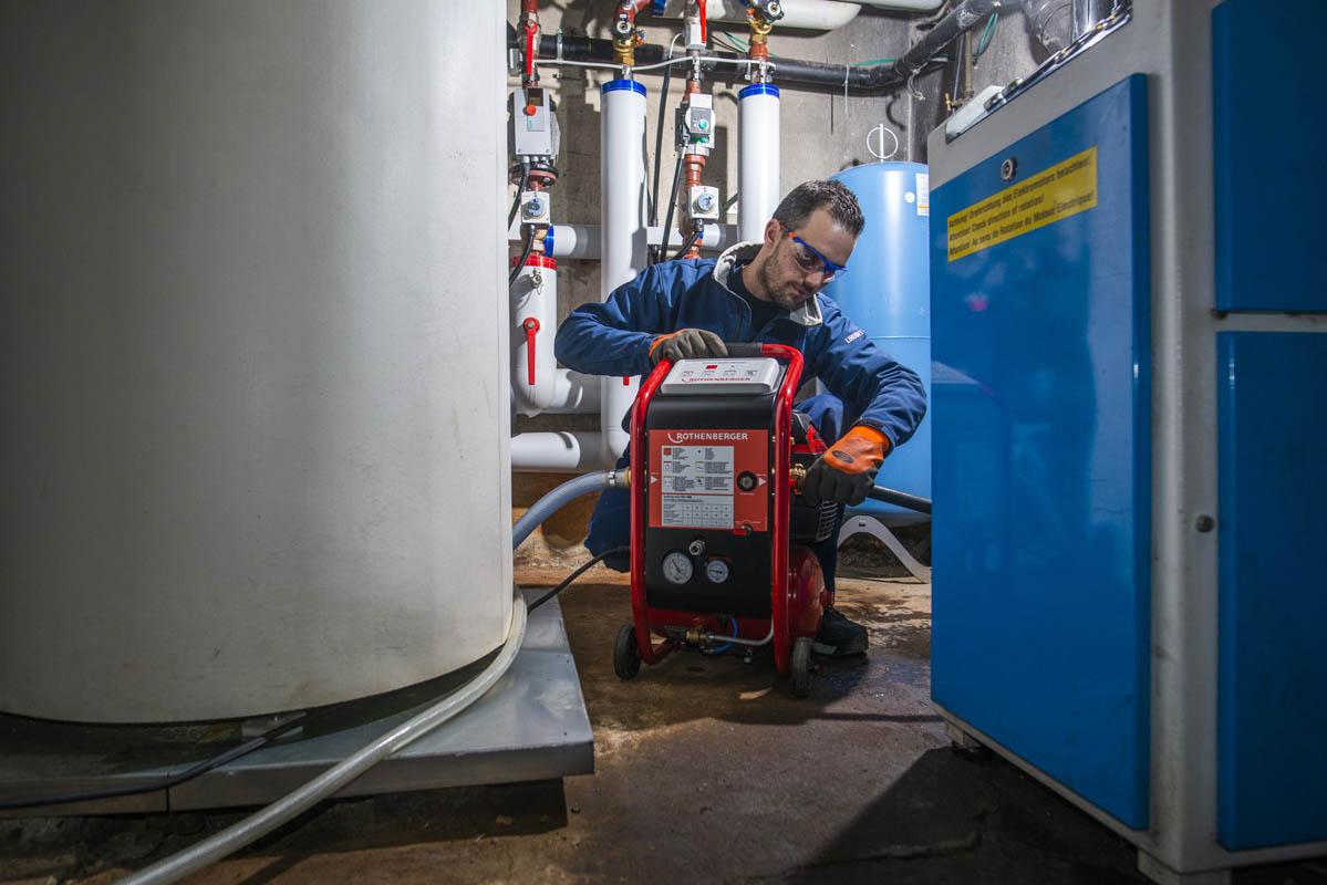 Plombier utilise une machine