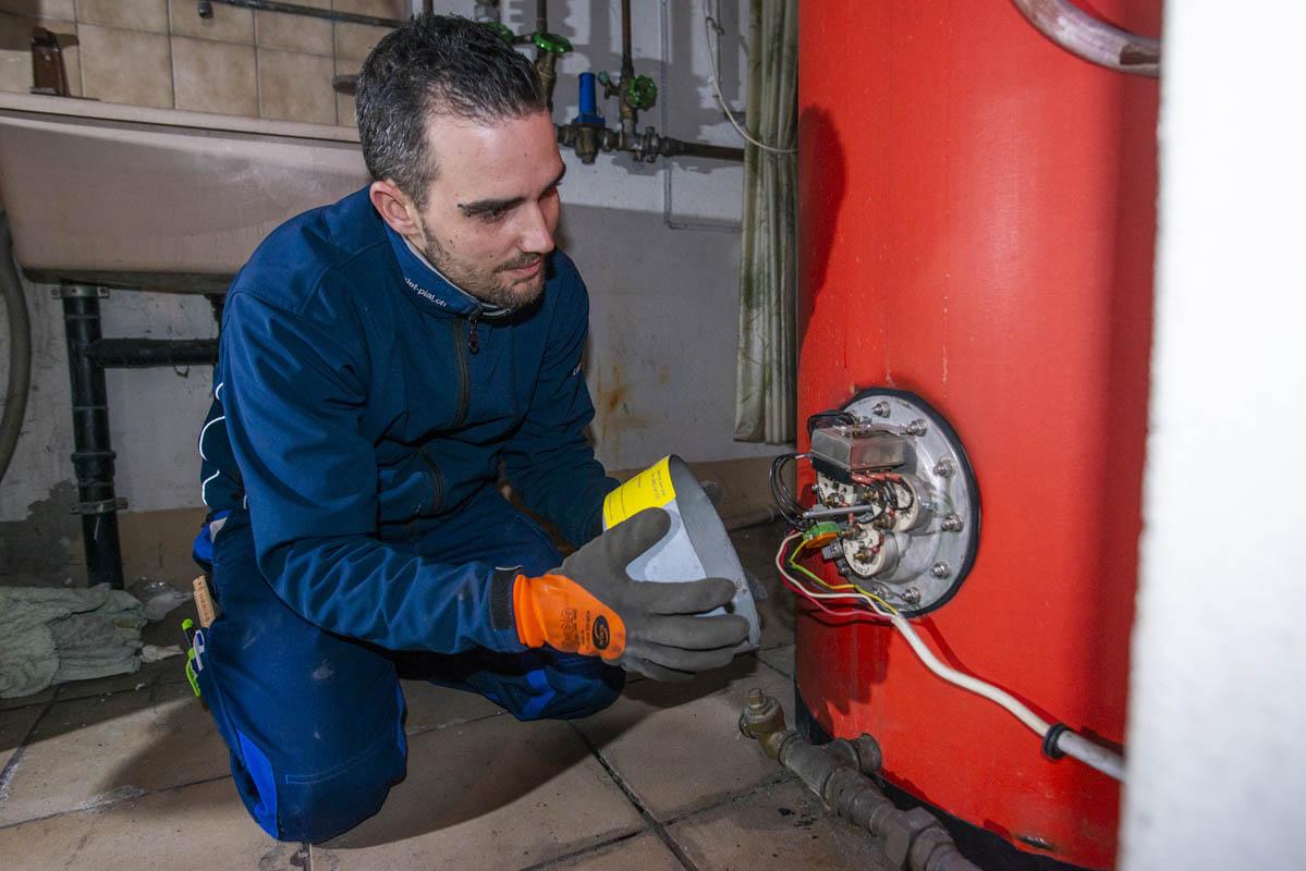 Plombier test l'efficacité d'un radiateur