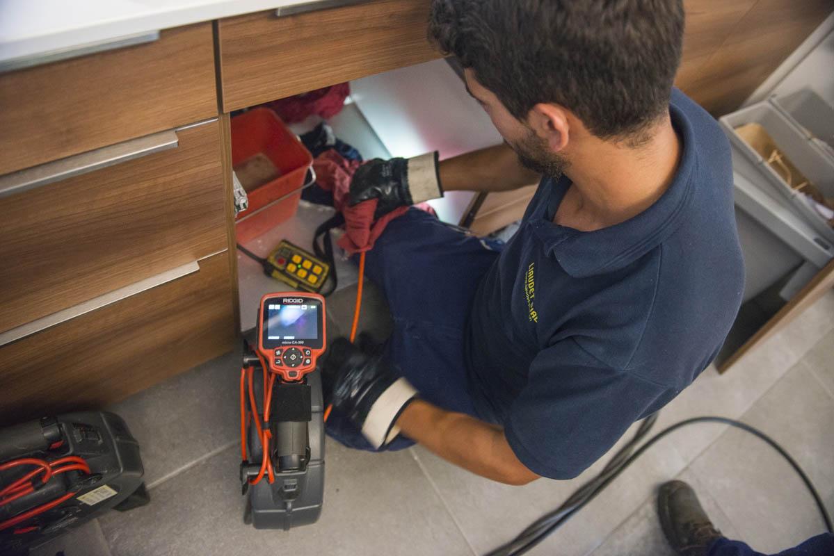 Plombier répare une fuite